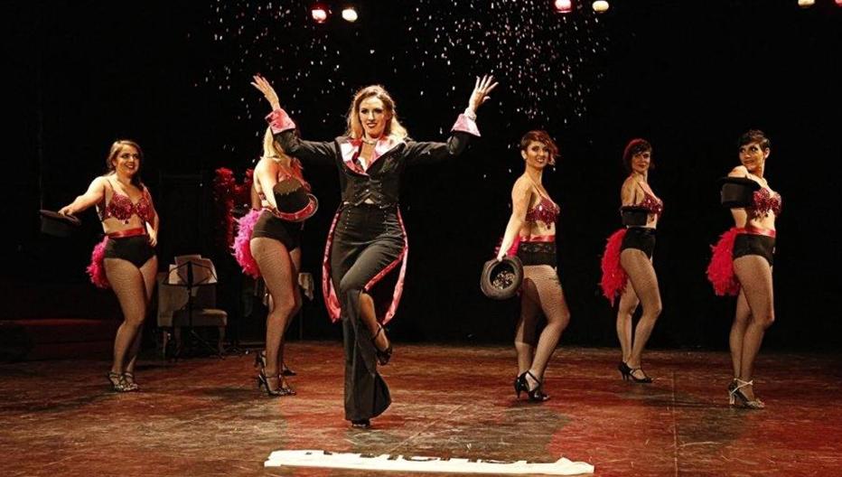 Effeuillage by Ophélie - Cours et stage d'effeuillage burlesque à Lyon, Valence, Grenoble et la Région Rhône-Alpes.Coaching en féminité. Enterrement de vie de jeune fille. Effeuillage Burlesque, Exotic, Chair Dance et danse rétro pin Up et Spectacle Cabaret Burlesque avec Ophélie Carré d'Ass et la FéminiTease Burlesque Cie.